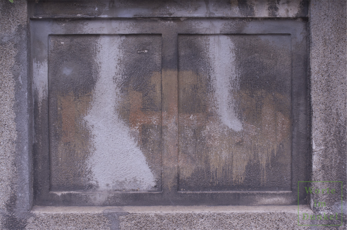 Kruckenkreuz an einer Wiener Mauer, flankiert von der Jahreszahl 1936