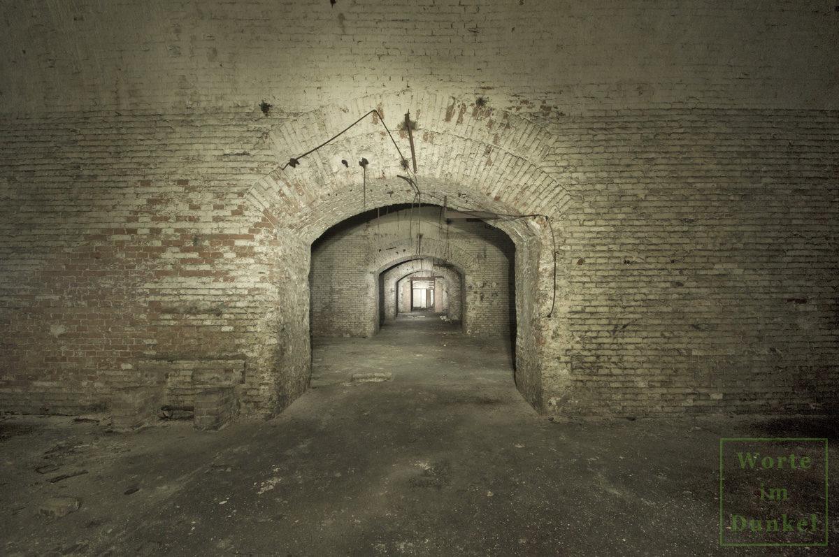 Mittelgang durch mehrere weitläufige Hallen einer Brauerei, die als U-Verlagerung verwendet wurden