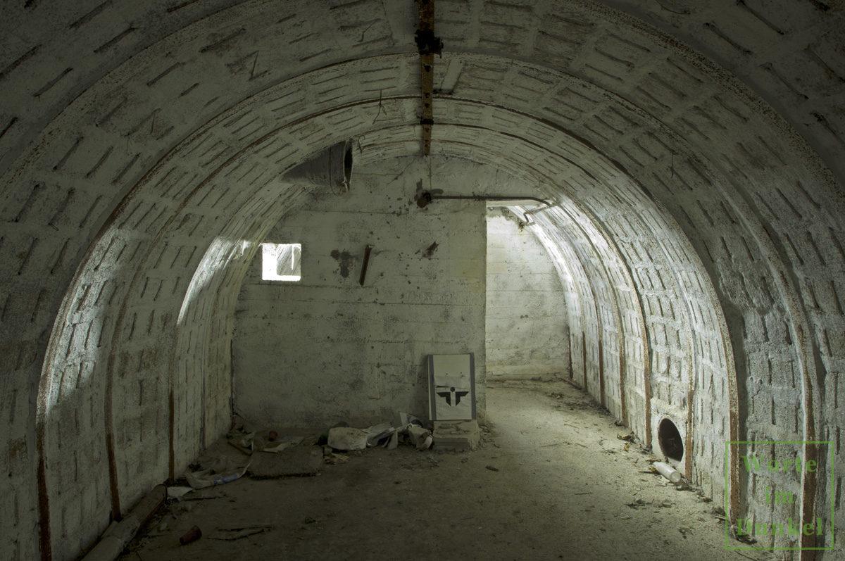 Der Innenraum eines Salzgitterbunkers. Hinter der Ecke ist der Ausgang, der zur Vermeidung einer potenziellen Druckwelle abgewinkelt war