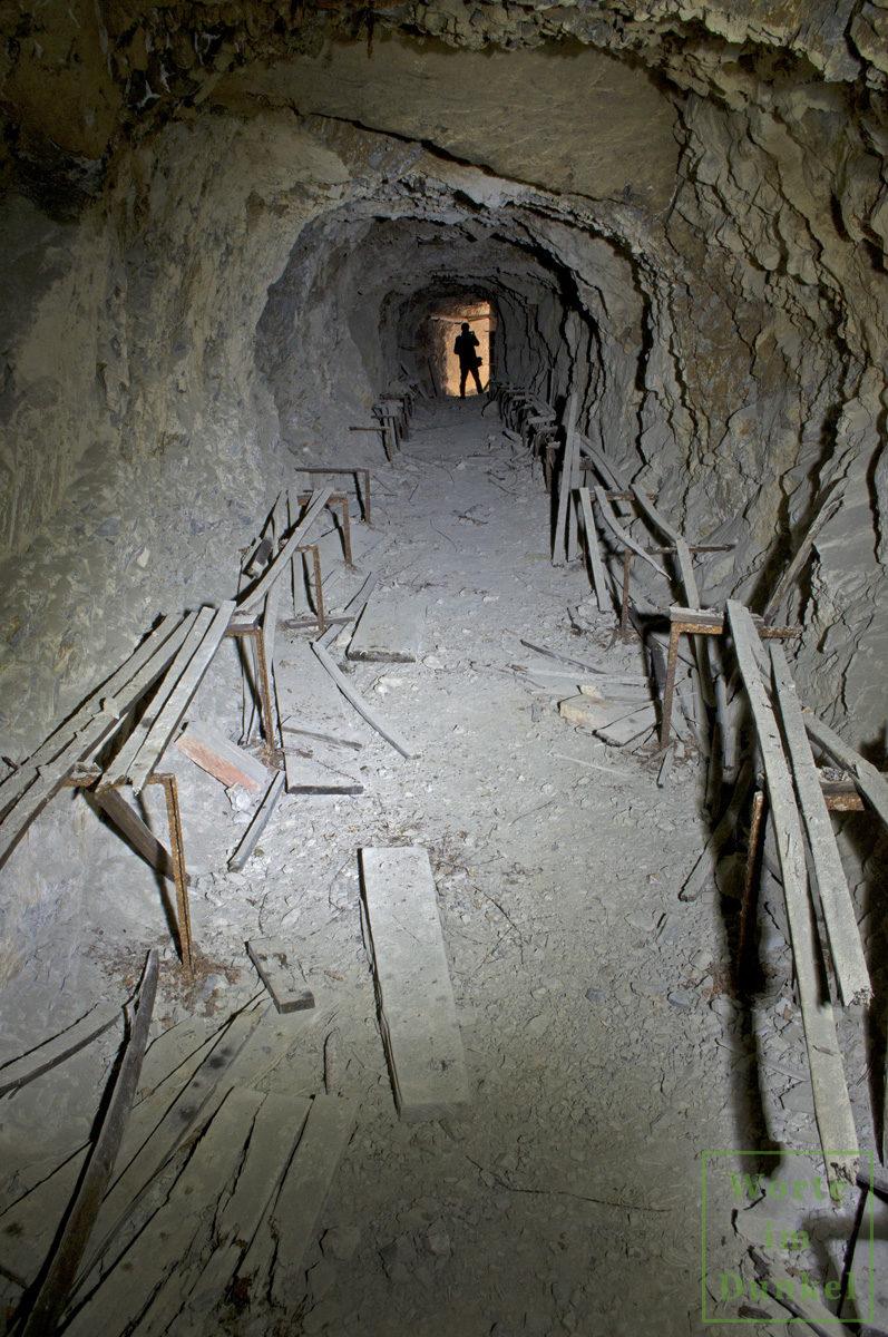 In den Fels gehauener Luftschutzstollen mit Resten der originalen Holzsitzbänke