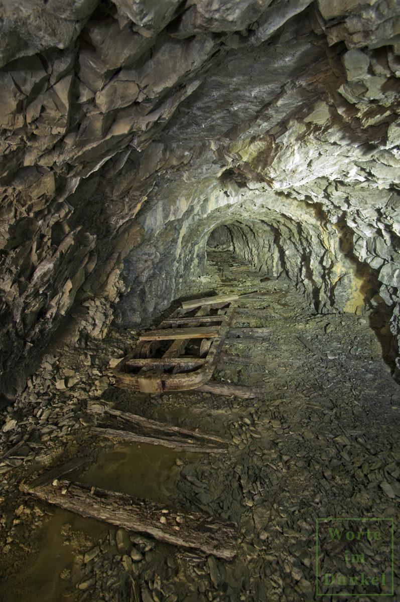 Blick in den Stollen eines kriegswichtigen Bergbaubetriebs