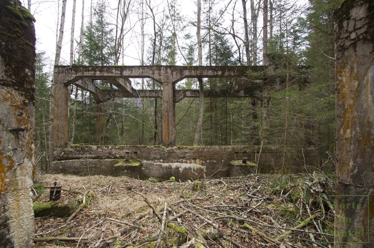 Betonierte Reste der Materialseilbahn eines kriegswichtigen Bergbaubetriebs