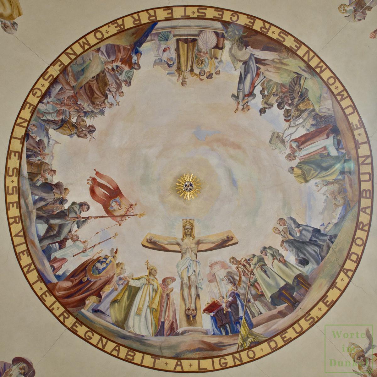 Deckenfresko von 1935 – Herrscher und Völker der ganzen Welt huldigen dem gekreuzigten Jesus Christus, der eine goldene Krone trägt.