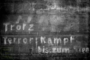 """Parole an einer Bunkerfassade, mittels Photoshop besser sichtbar gemacht: """"Trotz Terror: Kampf bis zum Sieg"""""""
