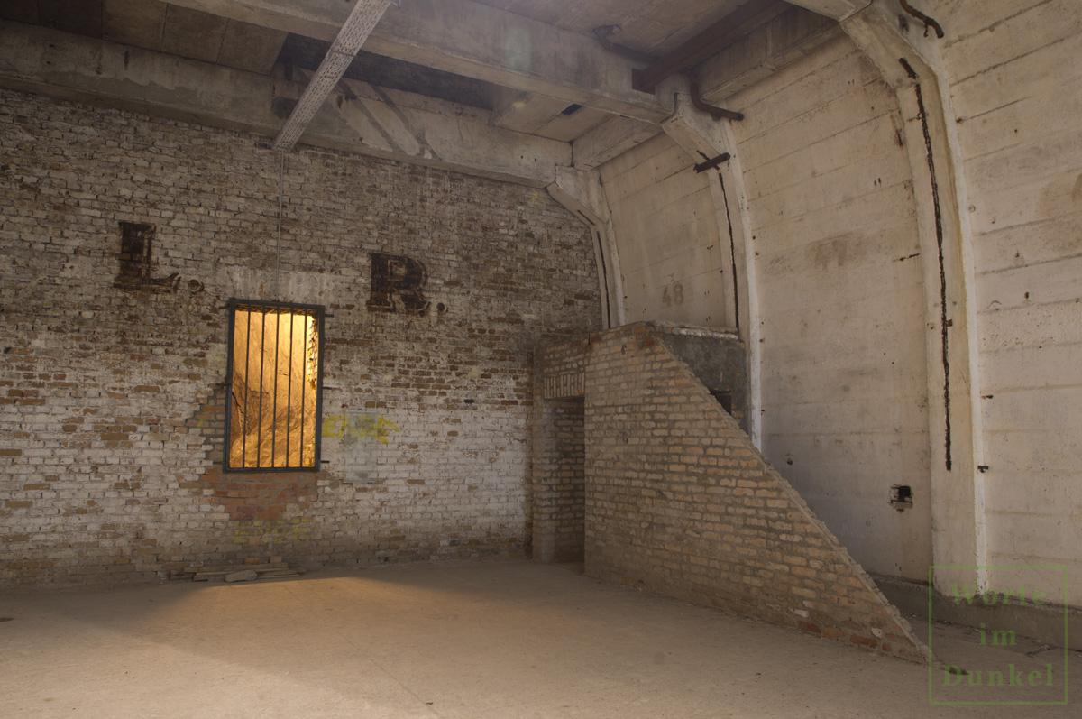 Abschlussmauer und Seitenwände des Stollens 5 mit der Nummerierung