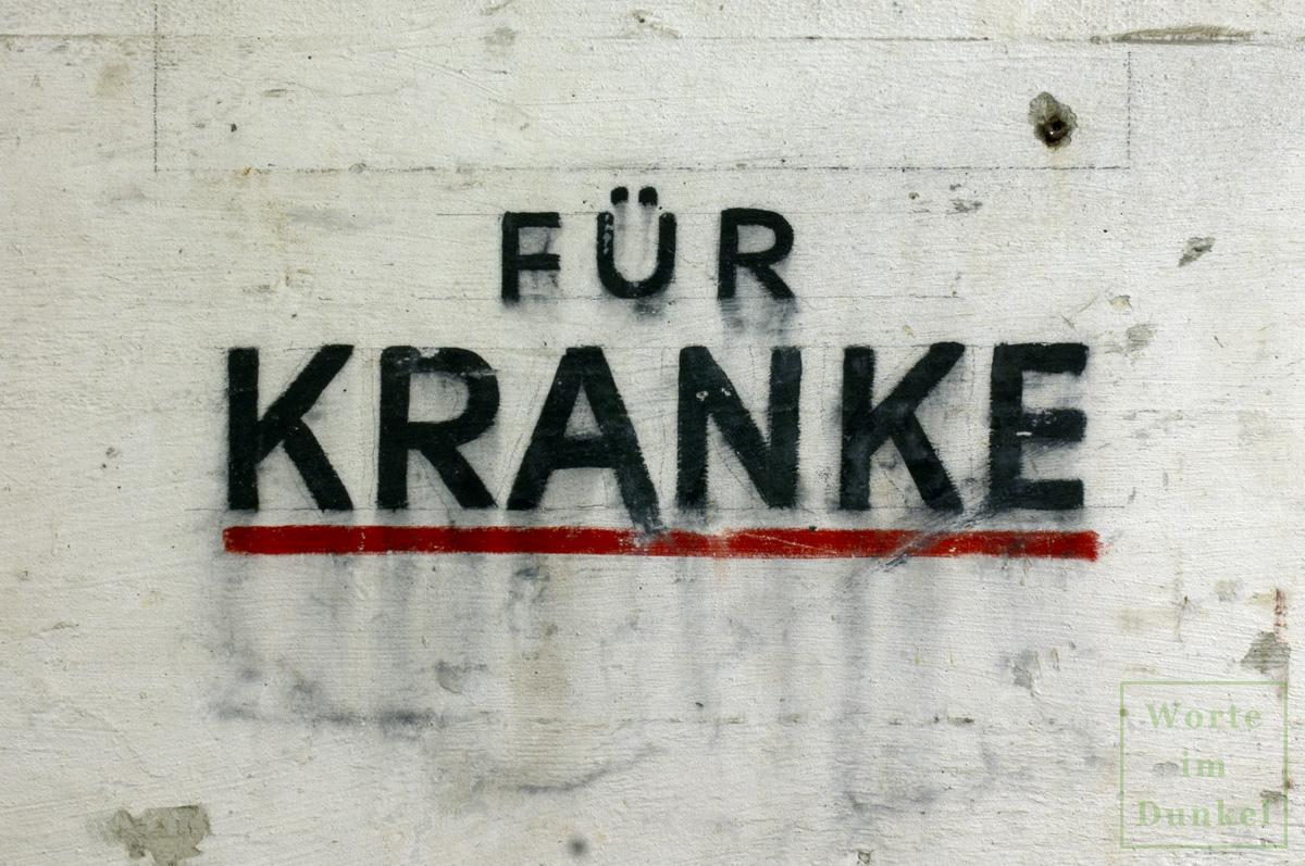 """Beschriftung """"Für Kranke"""" im für kranke Personen vorgesehenen Raum des Flachbunkers im Arne-Carlsson-Park"""