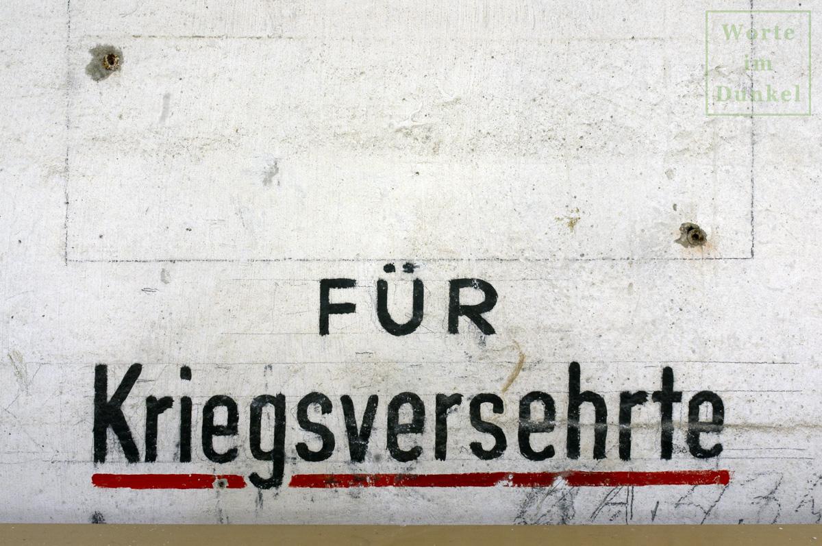 """Beschriftung """"Für Kriegsversehrte"""" in der für kriegsversehrte Personen vorgesehenen Kammer des Flachbunkers im Arne-Carlsson-Park"""