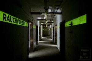 """Im phosphoreszierenden Leuchtstreifen wurde die Anweisung """"Rauchverbot"""" ausgespart, sodass sich das Wort gut gegen den leuchtenden Hintergrund abhebt."""