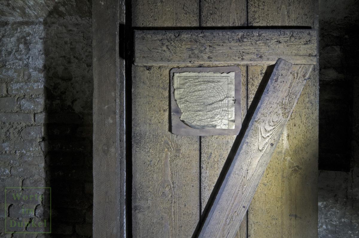 Kellertüre, an der 70 Jahre nach der Anbringung noch die Übersichtskarte für den Einflug feindlicher Flugzeuge hing.