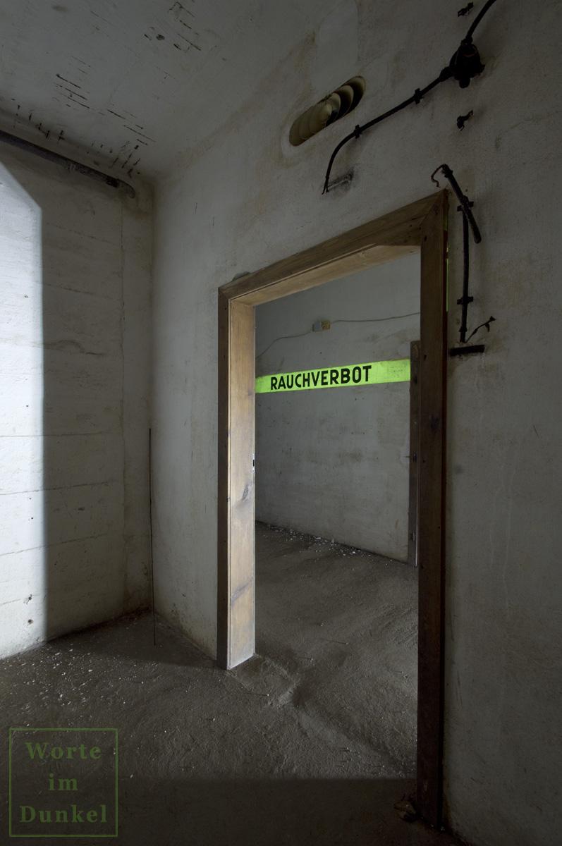 Über der Tür ist die gefächerte Öffnung für die Luftzufuhr zu erkennen