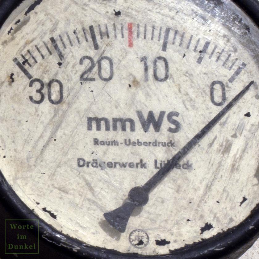 Skala des Manometers, rot ist der maximale Überdruck von 15 mm Wassersäule gekennzeichnet