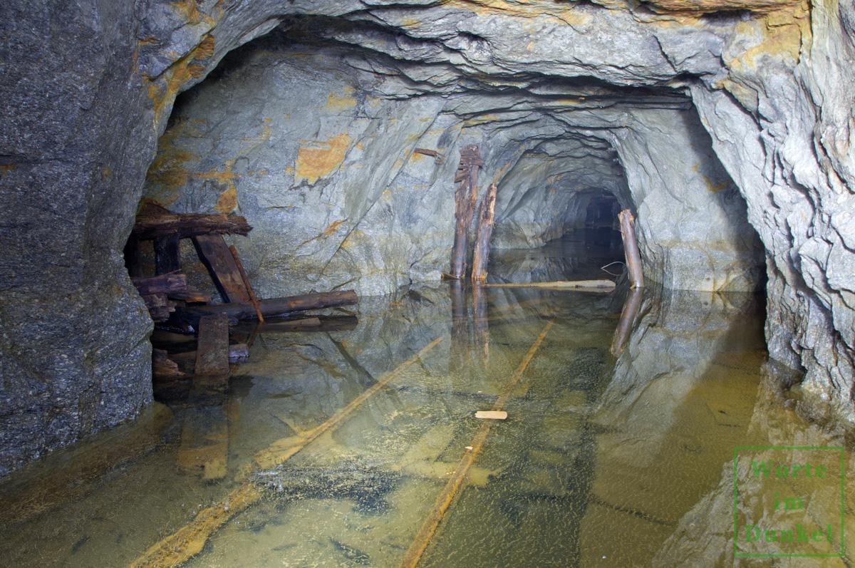 Schienen unter dem Eis des in der Nähe befindlichen Bergwerks