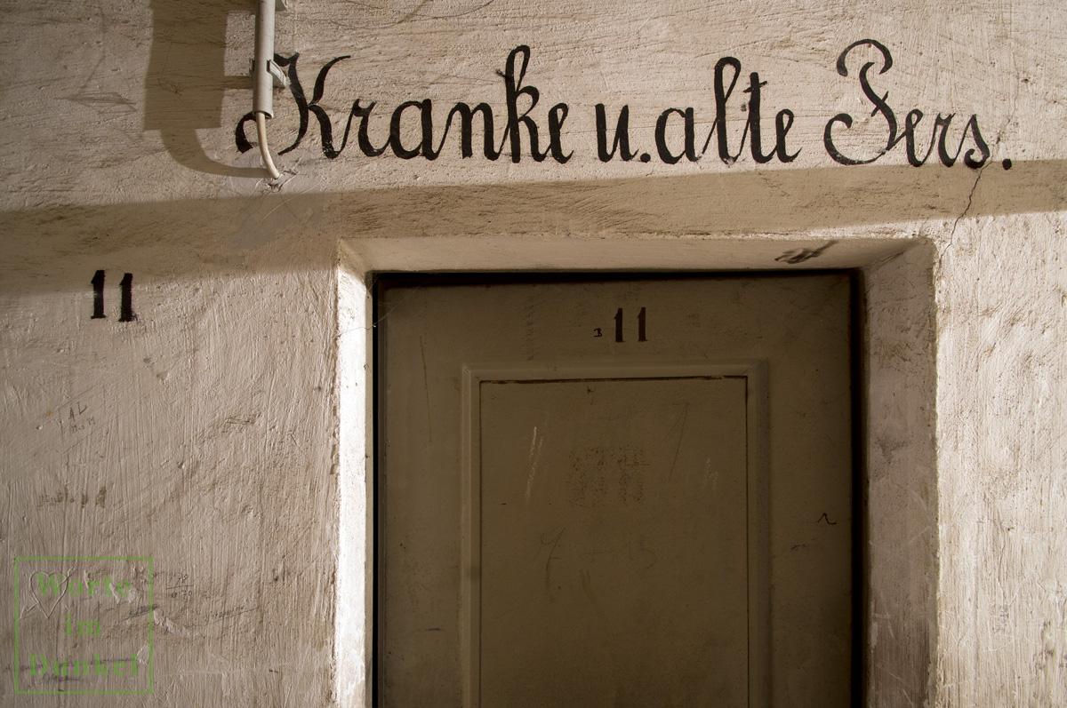 """Beschriftung """"Kranke u. alte Pers."""" über dem Eingang zur Kammer 11"""
