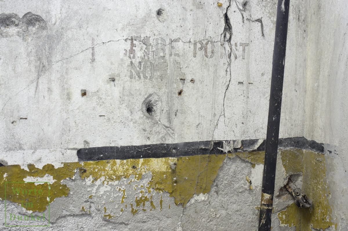 """Aufschrift in der Garage des Stadtpolizeikommandos Salzburg: """"Fire Point No."""""""
