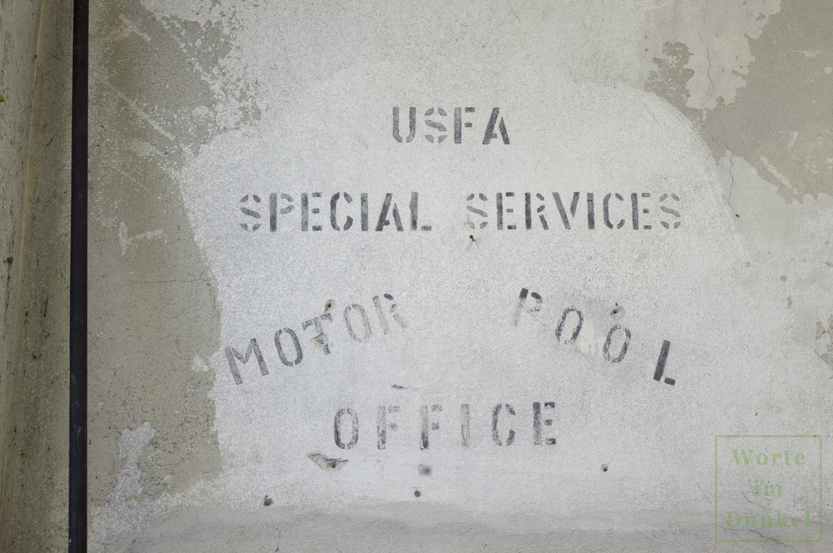 """Aufschrift in der Garage des Stadtpolizeikommandos Salzburg: """"USFA Special Services Motor Pool Office"""""""