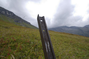 Auf knapp 3000 Metern Seehöhe ragt diese Krupp-Schiene aus dem Boden
