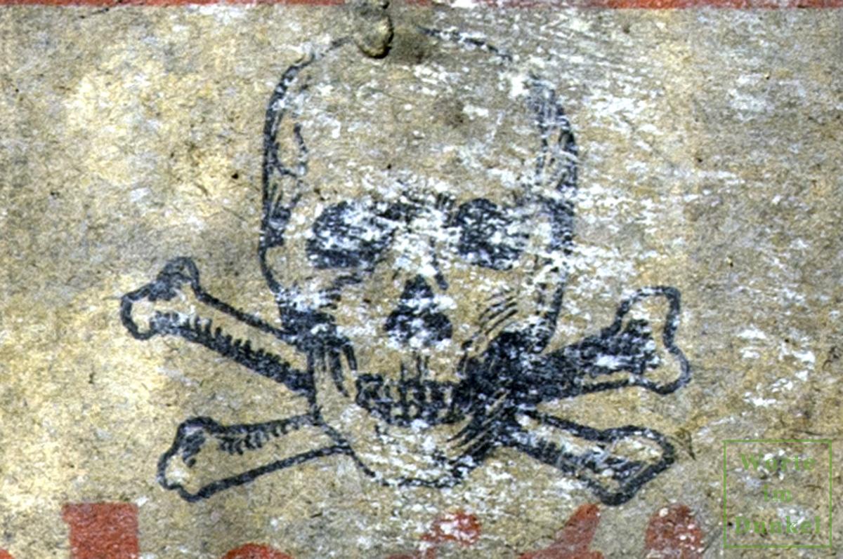 Der Totenkopf symbolisierte die Gefährlichkeit der ausgelegten Rattengifte