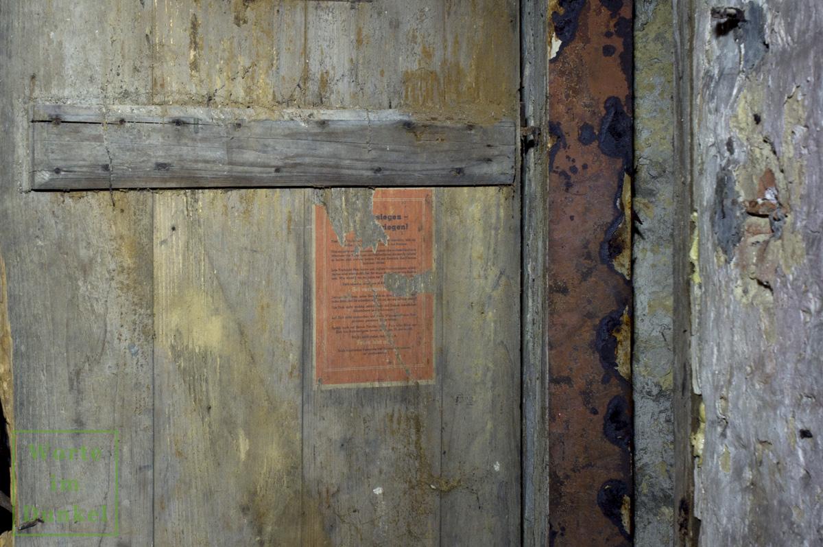 Kellertür, an der noch heute der Hinweis für die damalige Bevölkerung hängt, verschwiegen zu sein.