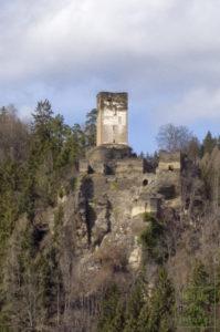 Bergfried mit dem Hakenkreuz, das bis 2019 zu sehen war.