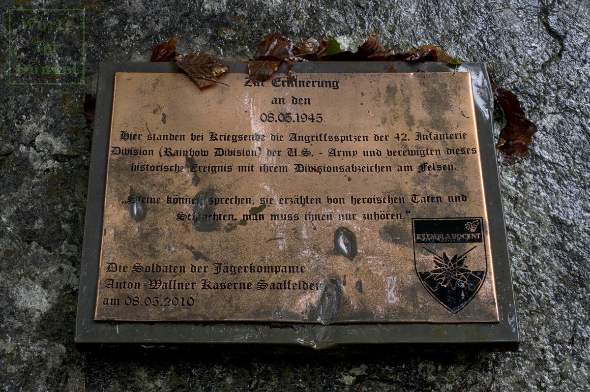Tafel zur Erinnerung an die 42nd Rainbow Division vor der Lamprechtshöhle