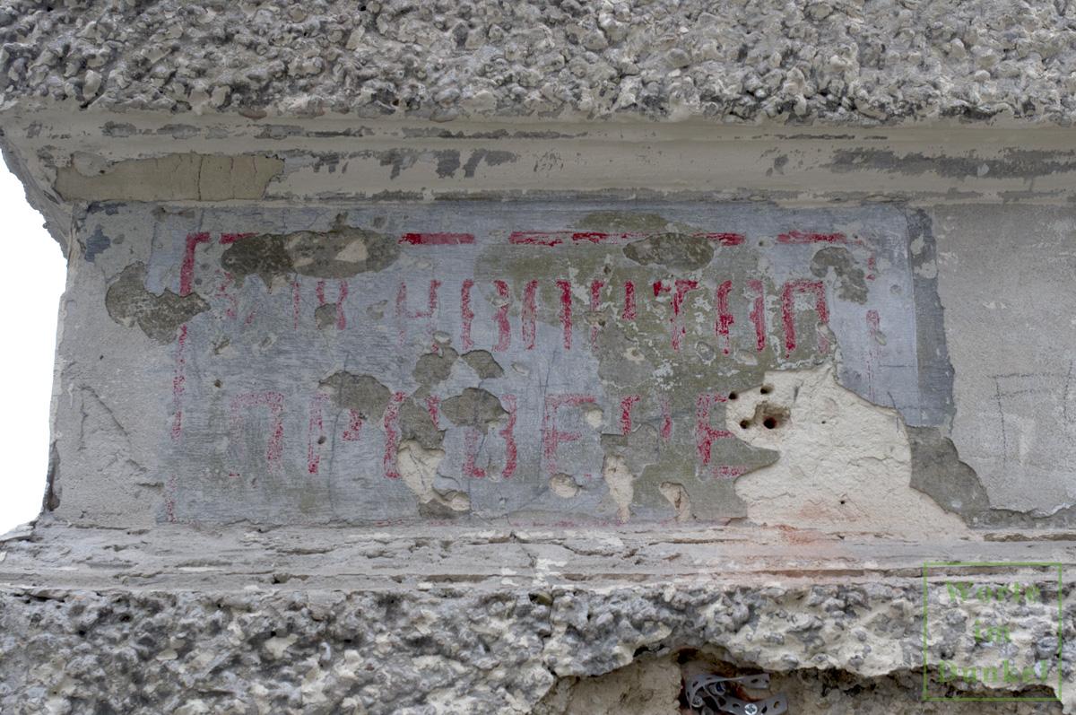 Nur kurz war diese Markierung zu sehen, bis sie nach der Gebäuderenovierung wieder unter neuer Farbe verschwunden war