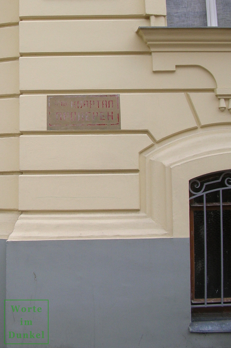 Bei der Renovierung der Fassade wurden bereits einige dieser Markierungen erhalten