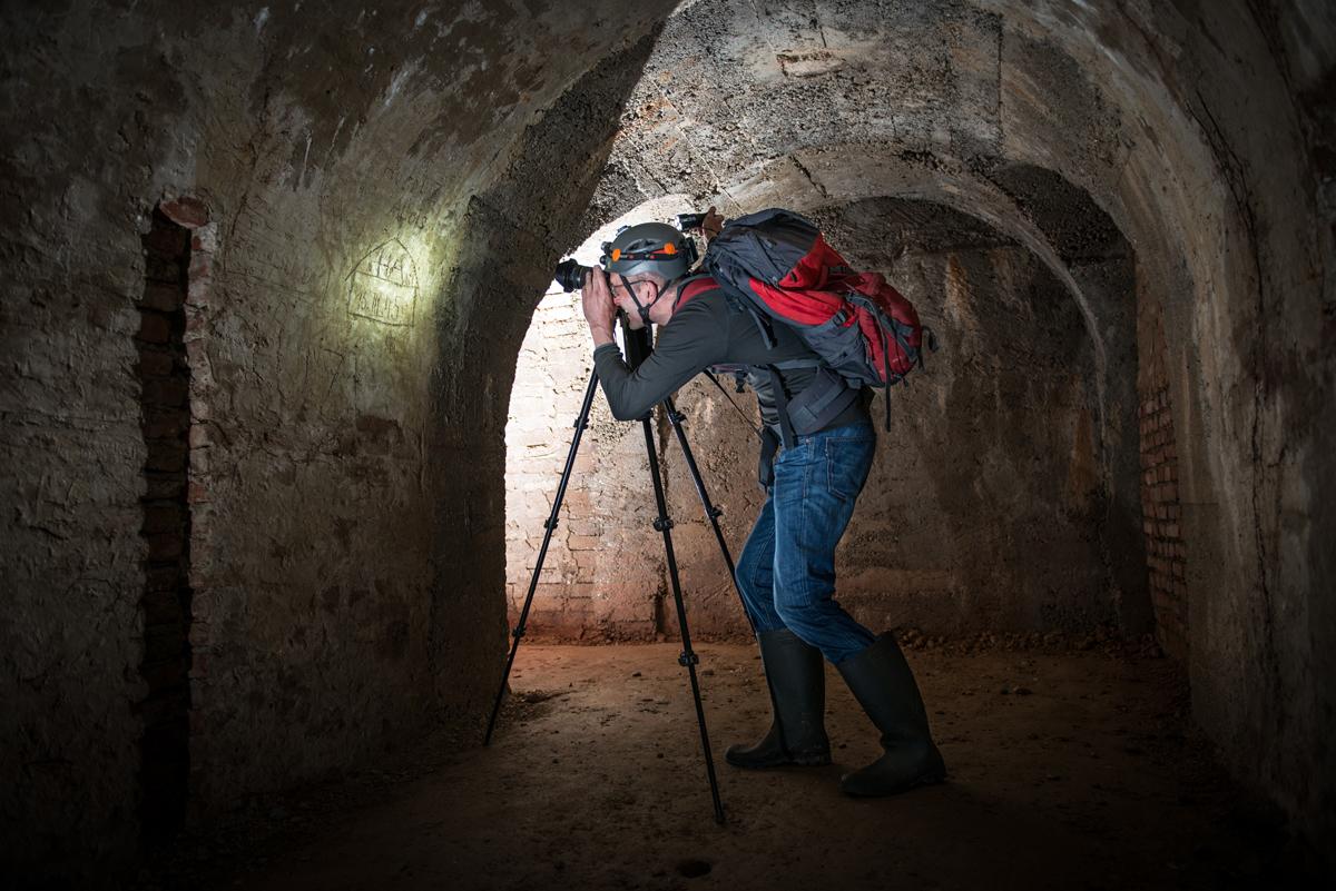 Thomas Keplinger auf Spurensuche in einem großen Luftschutzstollen