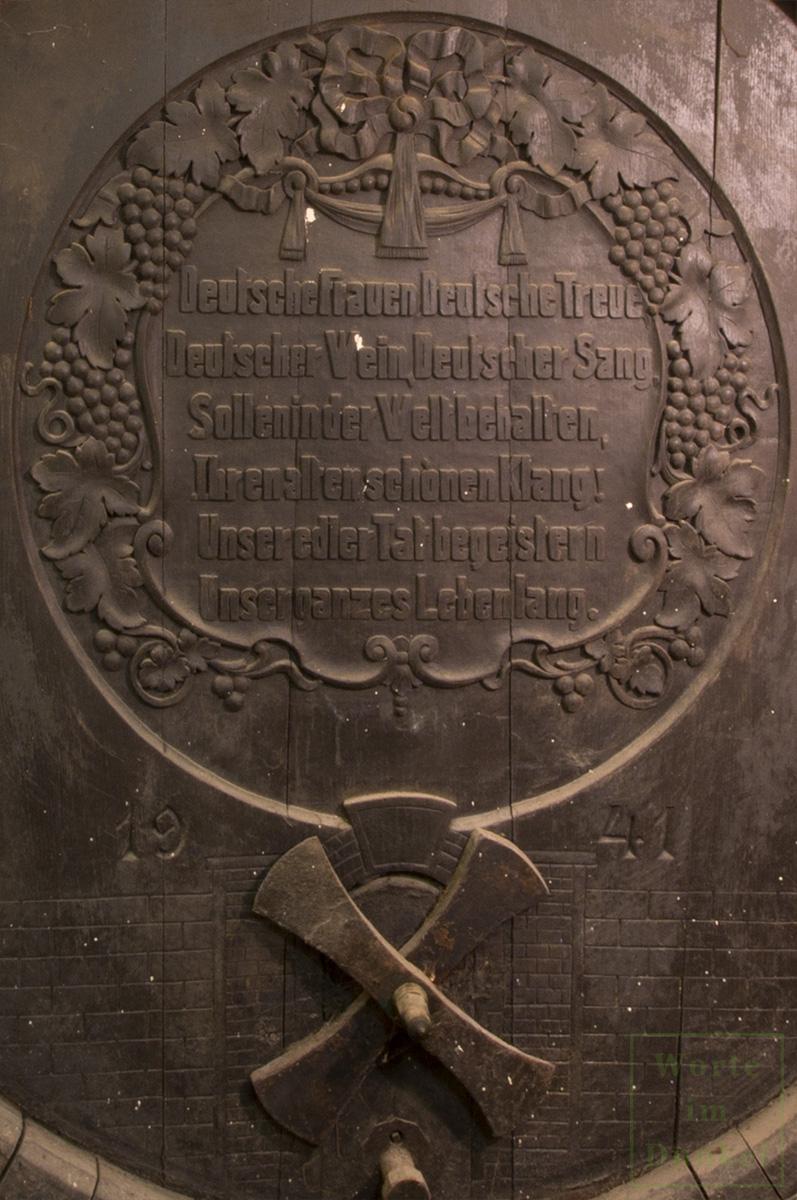 Die zweite Strophe des Liedes der Deutschen an einem Weinfass in Österreich