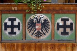 Der nimbierte Adler des Ständestaats flankiert von den Kruckenkreuzen der Vaterländischen Front