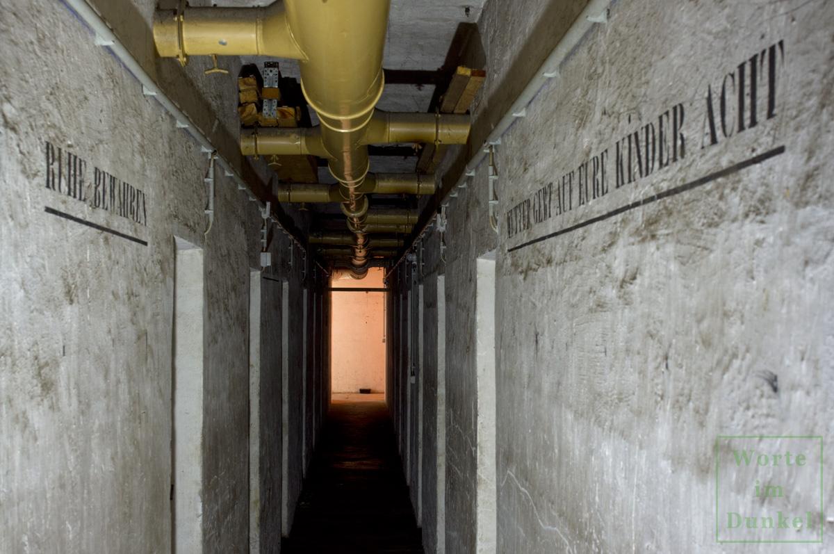 Der enge Gang im Bunker