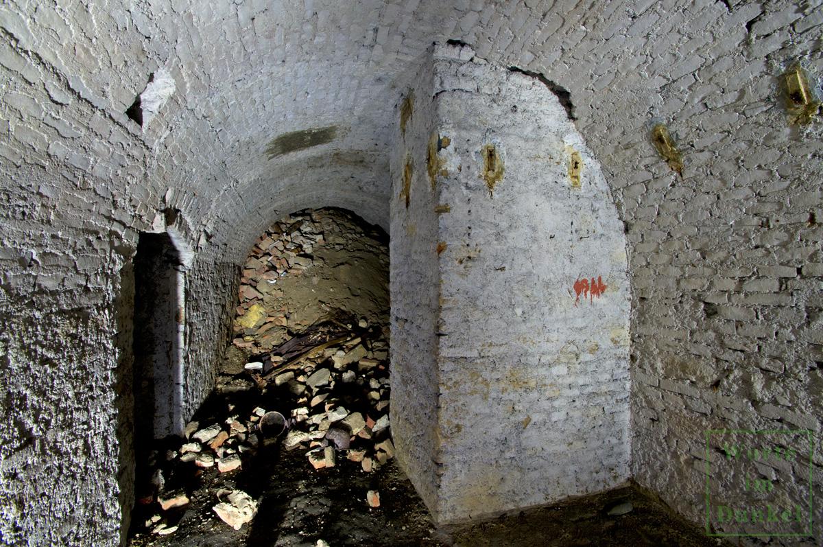 Mit roter Farbe wurde in diesem Abschnitt des Schutzraumnetzes die Jahreszahl 1944 als Jahr der Errichtung vermerkt.