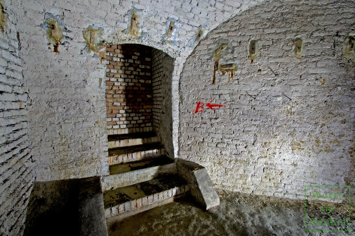 Ein vermauerter Durchgang in den Keller des Nebenhauses, wo sich das Schutzraumnetz fortsetzte