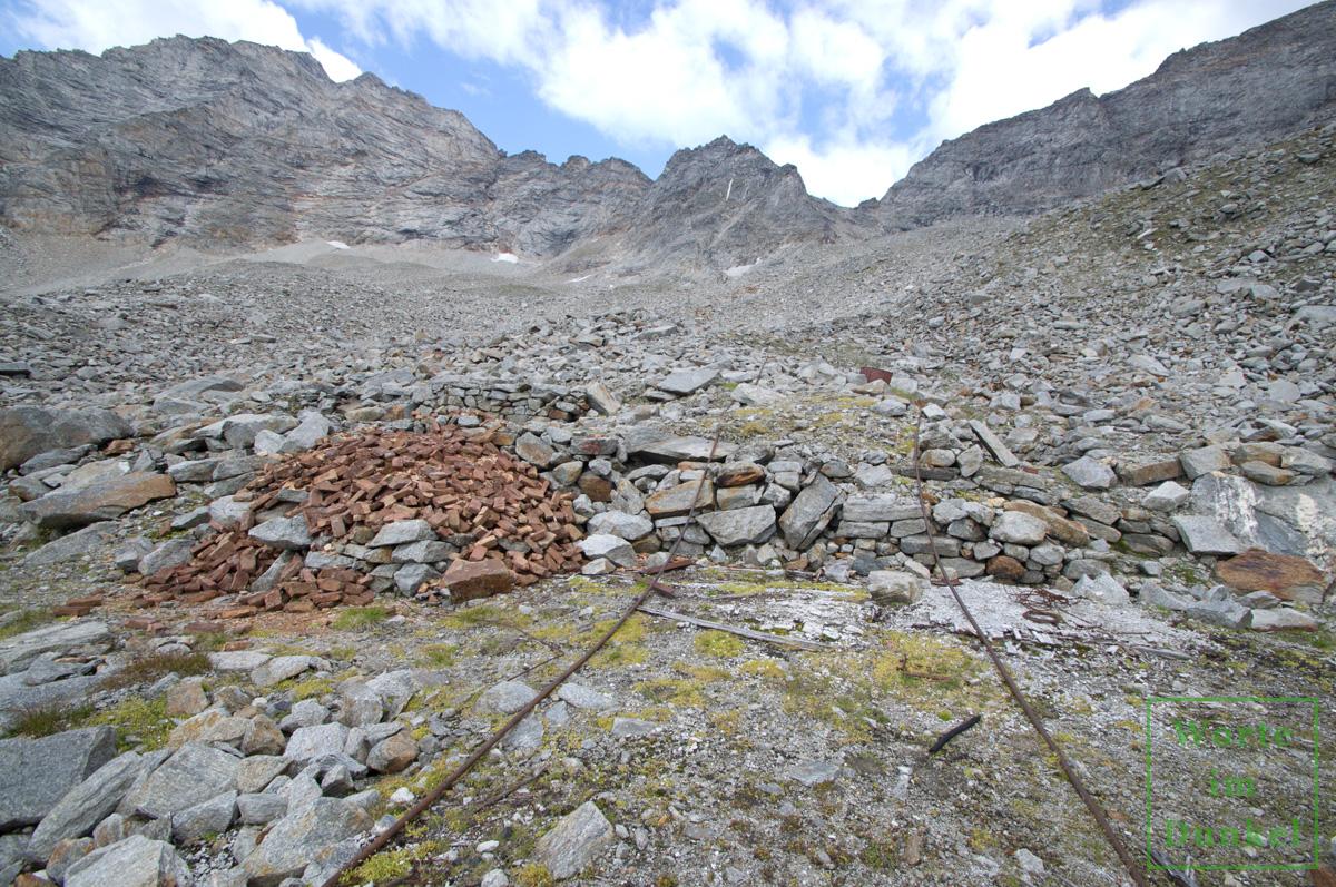 Seilbahnsockel unterhalb der Bergstation mit zwei Stahlseilen