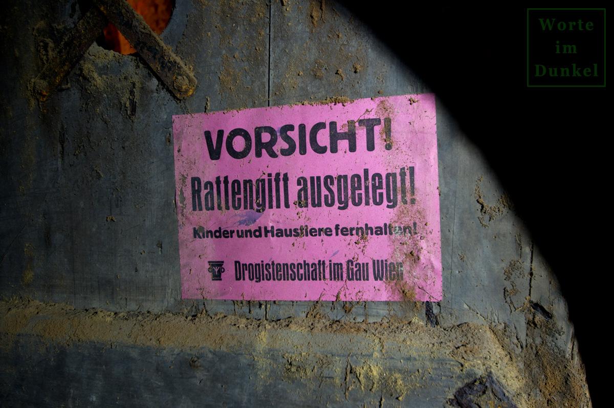 """Aushang der """"Drogistenschaft im Gau Wien"""" zu den ausgelegten Rattenködern an einer Wiener Kellertür"""