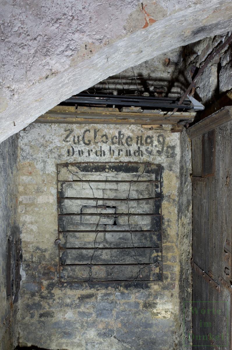 Handschriftlicher Hinweis über einem Mauerdurchbruch