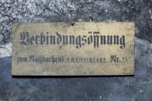 Schild, das die Stelle der Verbindungsöffnung anzeigte