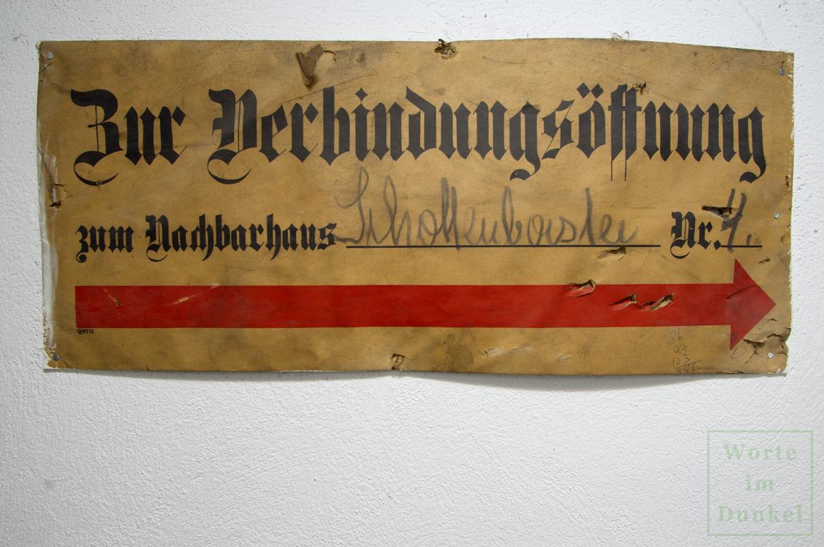 Schild mit dem roten Pfeil in Richtung der Verbindungsöffnung