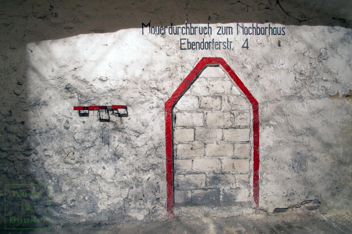 Gut erhaltener Mauerdurchbruch mit Schablonenbeschriftung