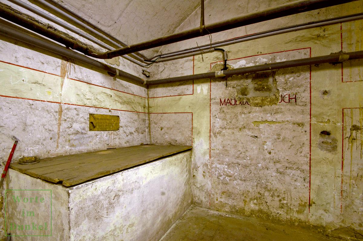Großer Mauerdurchbruch mit umgebenden Leuchtstreifen