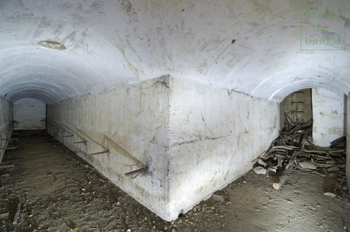 Blick in den Luftschutzdeckungsgraben, rechts der Notausstieg