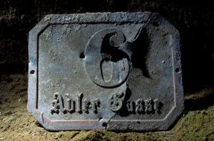 Durchschossene Hausnummer des Hauses Adlergasse 6