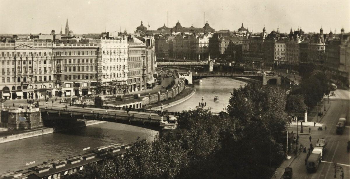 Rechts im Bild sind die Häuser an der Oberen Donaustraße im zweiten Bezirk zu sehen, rechts von der mittleren und hinteren Brücke ist die Häuserzeile zu erkennen, deren Rückseite mit den dahinterliegenden Häusern die Adlergasse bildete.