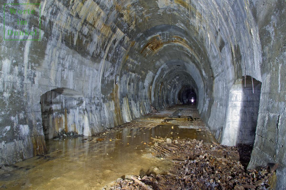 Alter Eisenbahntunnel, der für eine Rüstungsverlagerung verwendet wurde