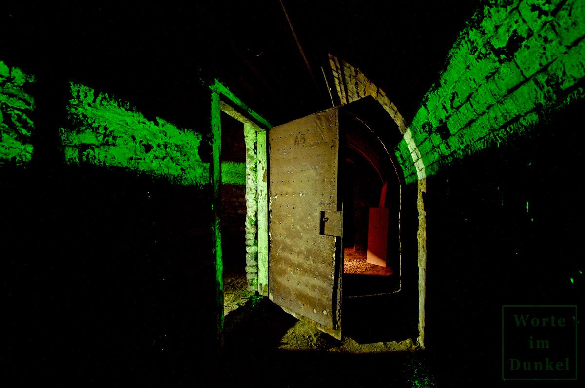 Leuchstreifen in einem Kellergang, der zu einem ehemaligen Funktionsraum im Luftschutzbereich führte.