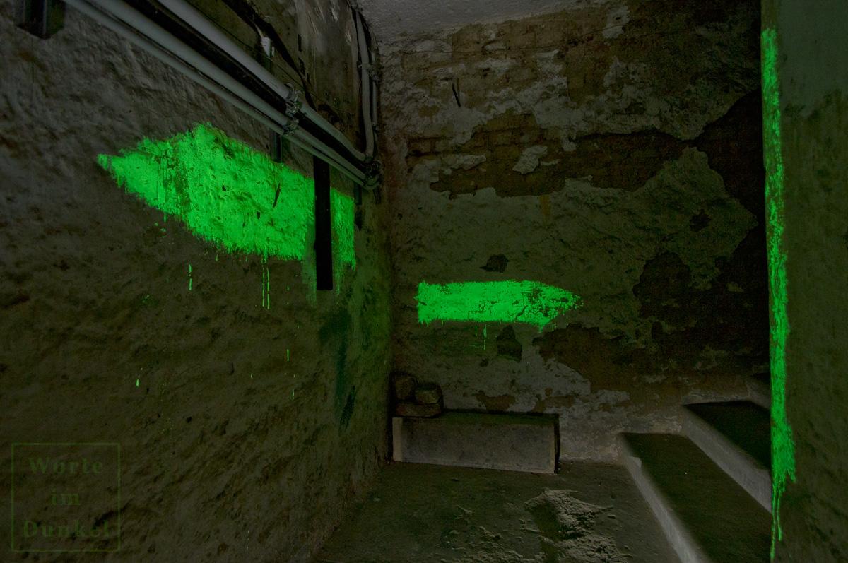 Möglicherweise sind hier Ortsangaben verlorengegangen, die den Schutzsuchenden im Keller anzeigten, wohin der rechte und wohin der linke Pfeil führte. Ohne weitere Angaben wäre diese Konstellation wohl etwas verwirrend gewesen.