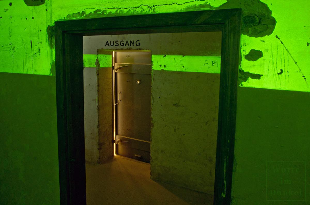 Blick aus dem Erste-Hilfe-Raum eines Luftschutzbunkers zur Ausgangstür, hinter der sich die Gasschleuse befand.