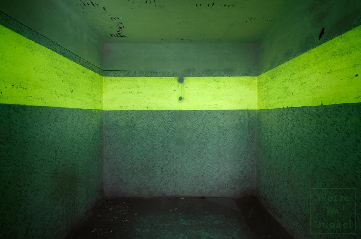 In Luftschutzbunkern gab es spezielle Räume für Schwangere, Alte, Kranke oder für Sanität/Erste Hilfe, die mit Leuchtstreifen in doppelter Breite ausgestattet waren, wodurch es etwas heller wurde. Das gespenstische Grün wurde dadurch nicht weniger.