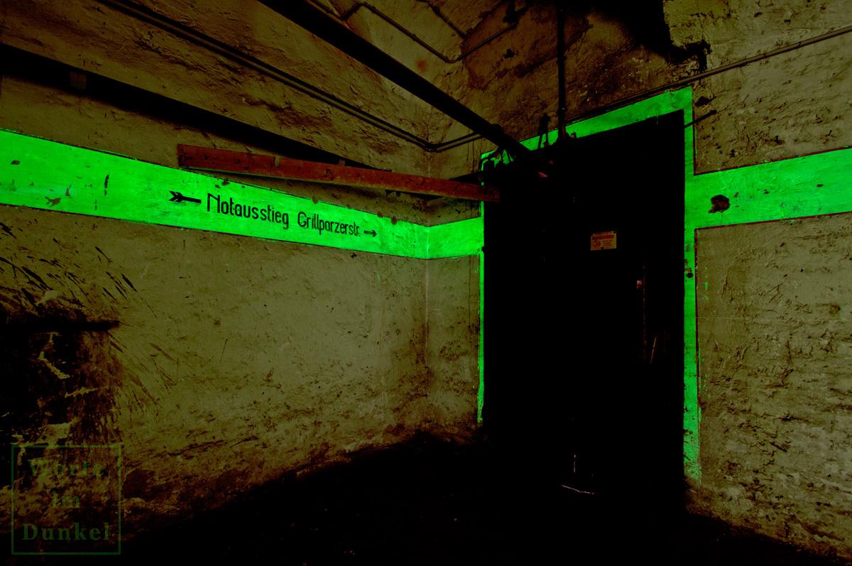 Hinweis zum Notausstieg in einem Leuchtstreifen
