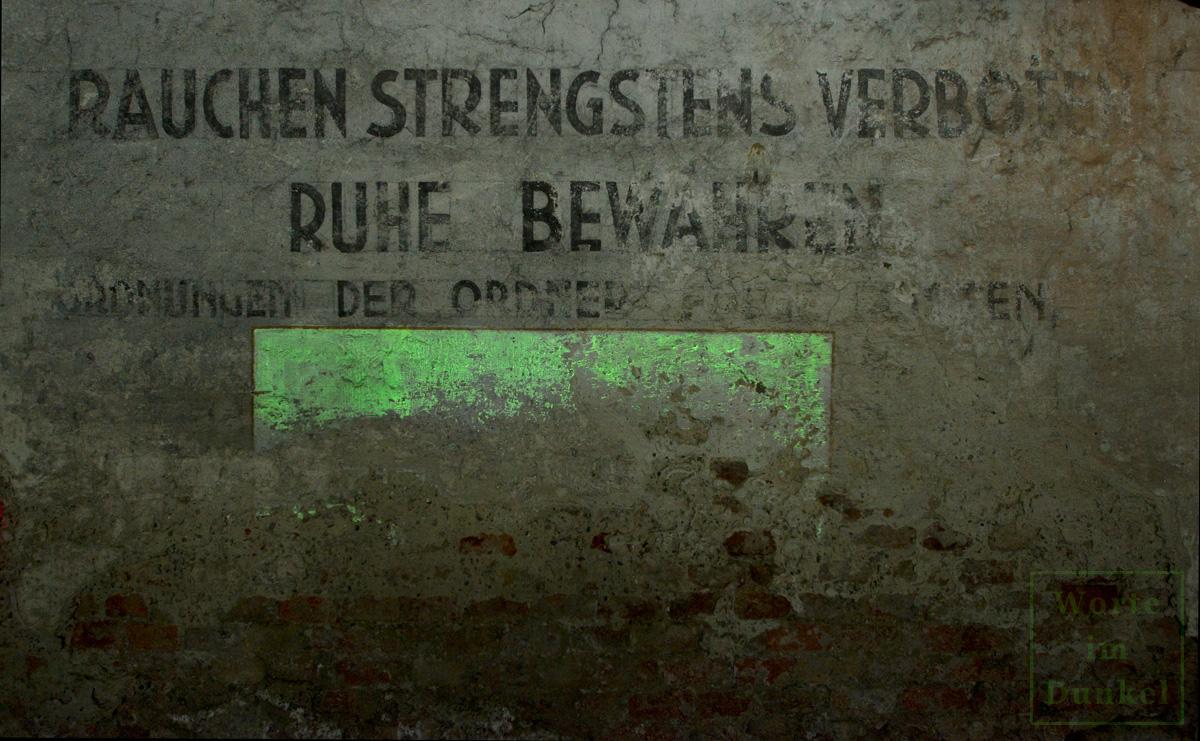 Von einem Leuchtfeld unterstützte Ordnungsaufschrift in einem Keller, der Teil des Schutzraumnetzes Innere Stadt war.