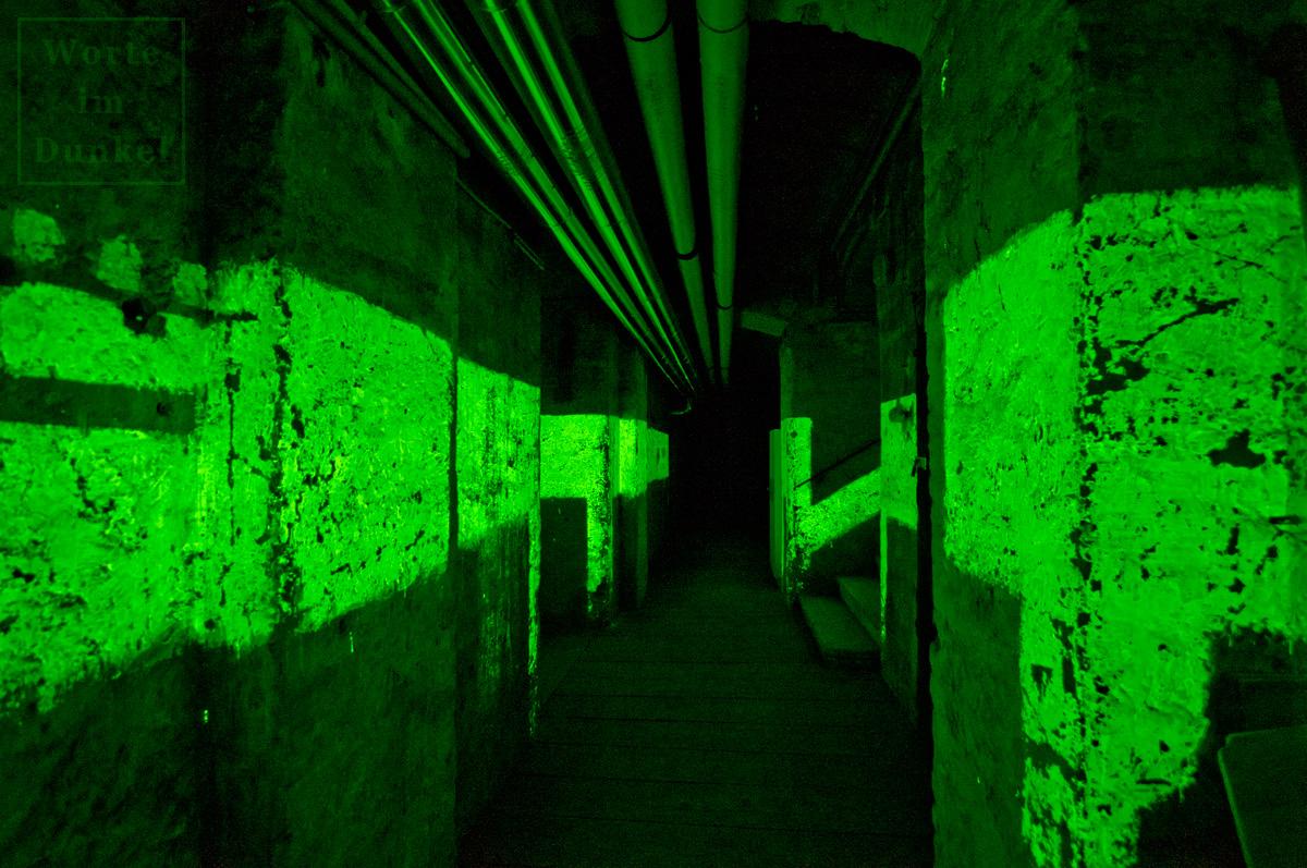 Das Licht der Leuchstreifen taucht auch nach über 75 Jahren den Keller in gespenstisches Grün.